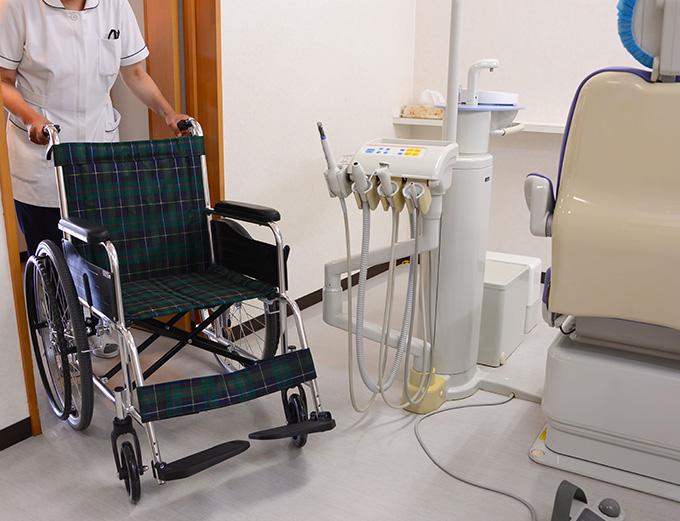 車椅子での移動の際はスタッフが お手伝いいたします